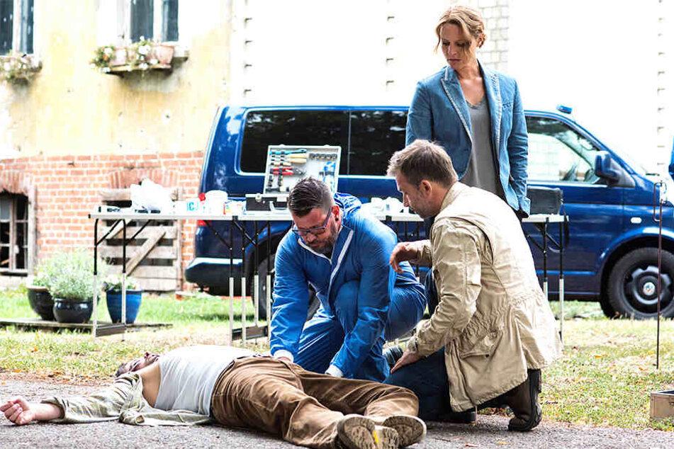 Die beiden Ermittler, Olga Lenski (Maria Simon, 43) und Adam Raczek (Lucas Gregorowicz, 42), sichern Spuren nach dem tödlichen Übergriff auf einen polnischen Bauern.