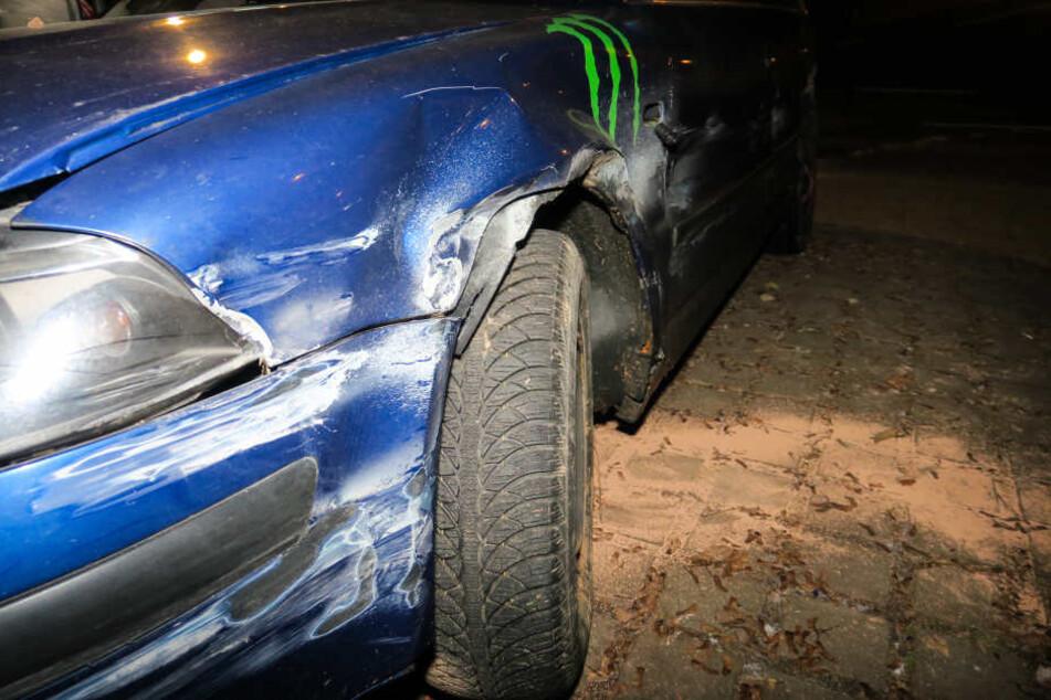 Die Schäden auf der Fahrerseite sind vermutlich durch den Kontakt mit der Leitplanke entstanden.