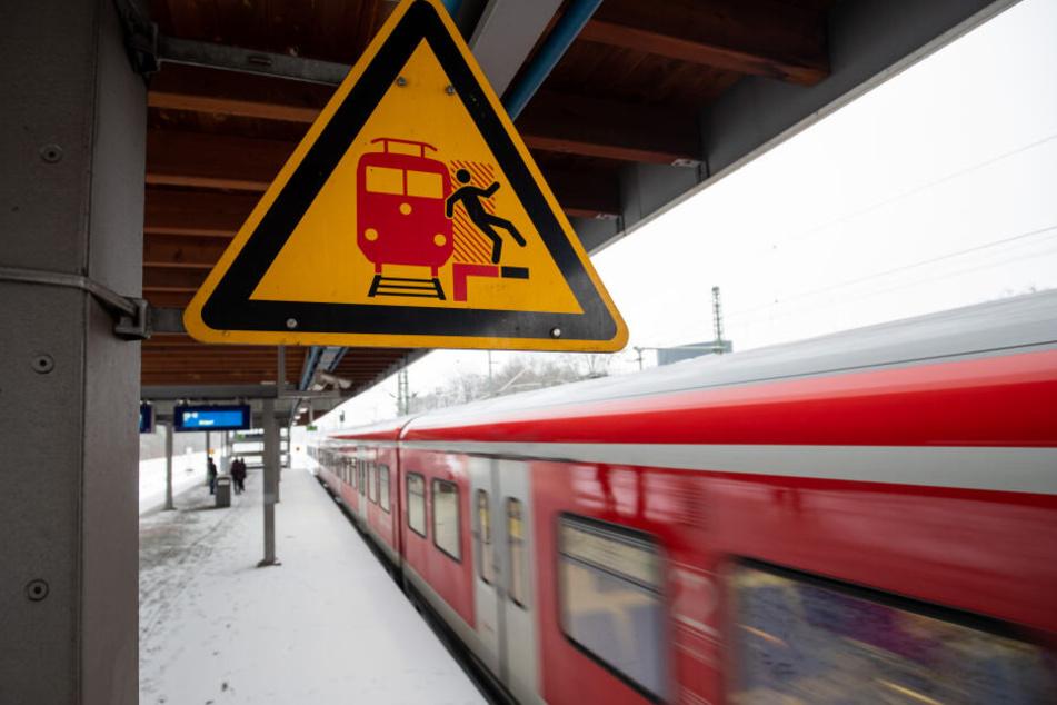 Ein Schild warnt am Bahnsteig am S-Bahnhof Frankenstadion vor der Gefahr, auf das Gleis zu fallen.