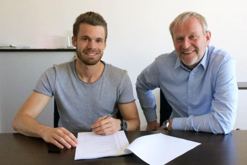 Christopher Buchtmann mit Sportchef Uwe Stöver bei der Vertragsunterzeichnung.