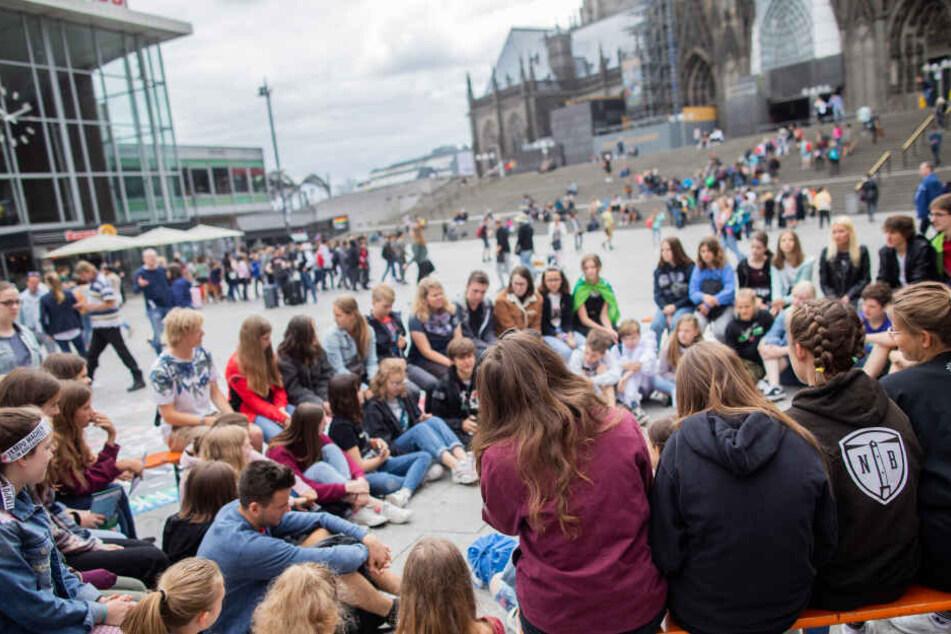 Statt am Kölner Rathaus begann die Demo am Montag zunächst am Kölner Hauptbahnhof.