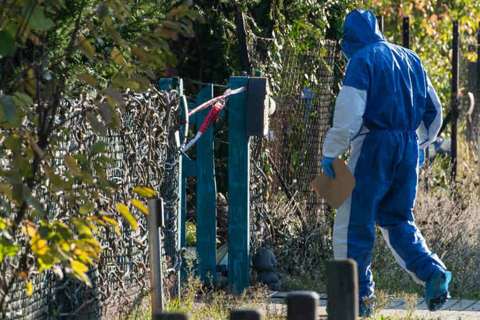 Ein Mitarbeiter der Spurensicherung geht zum Tatort.