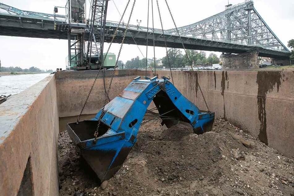 Auf einer über 150 Meter langen Fläche wird die Abwasserleitung mit Kies und Schlamm zugedeckt.