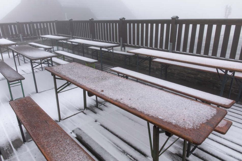 Kein Biergartenwetter: Auf dem Fichtelberg hat es geschneit.
