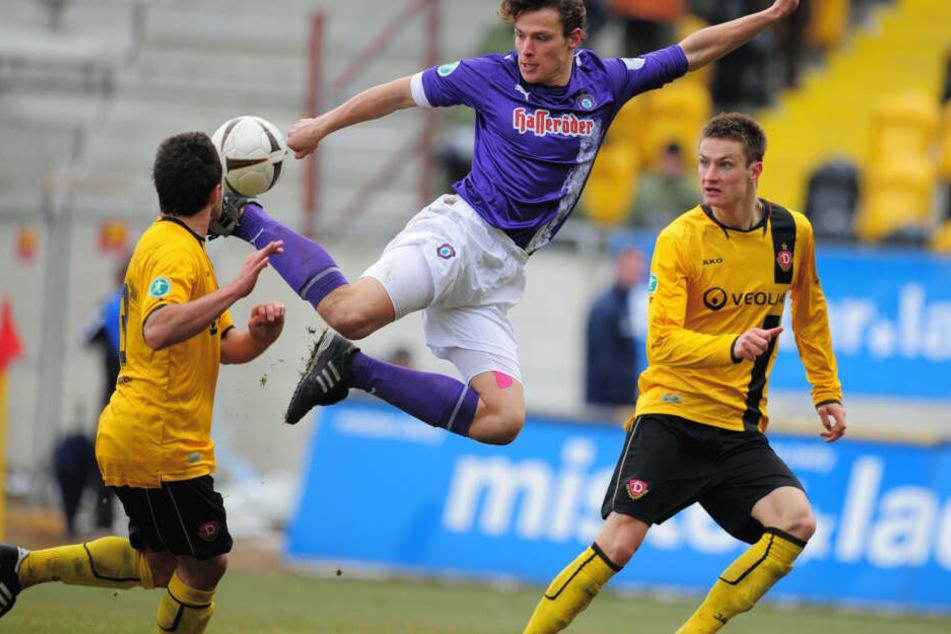 Marc Hensel (M.) 2009 im Auer Trikot in einem Sachsenderby gegen Dynamo Dresden am Ball. Fünf Jahre spielte Hensel für Aue, bestritt 162 Partien.