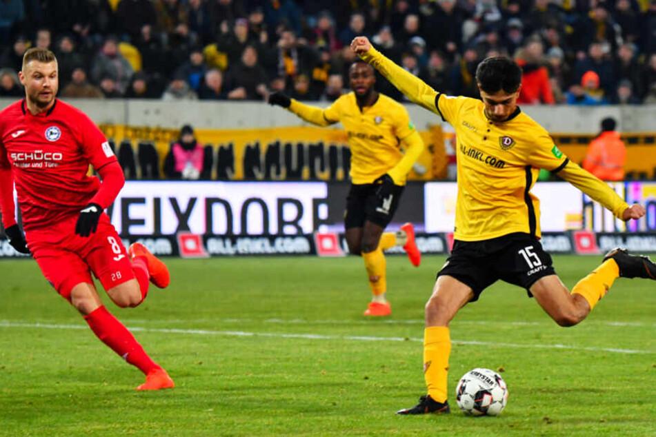 30. Januar 2019: Osman Atilgan (r.) zieht vor dem Bielefelder Florian Hartherz ab und trifft zum zwischenzeitlichen 1:0 für Dynamo Dresden. Am Ende gewann die Arminia mit 4:3.