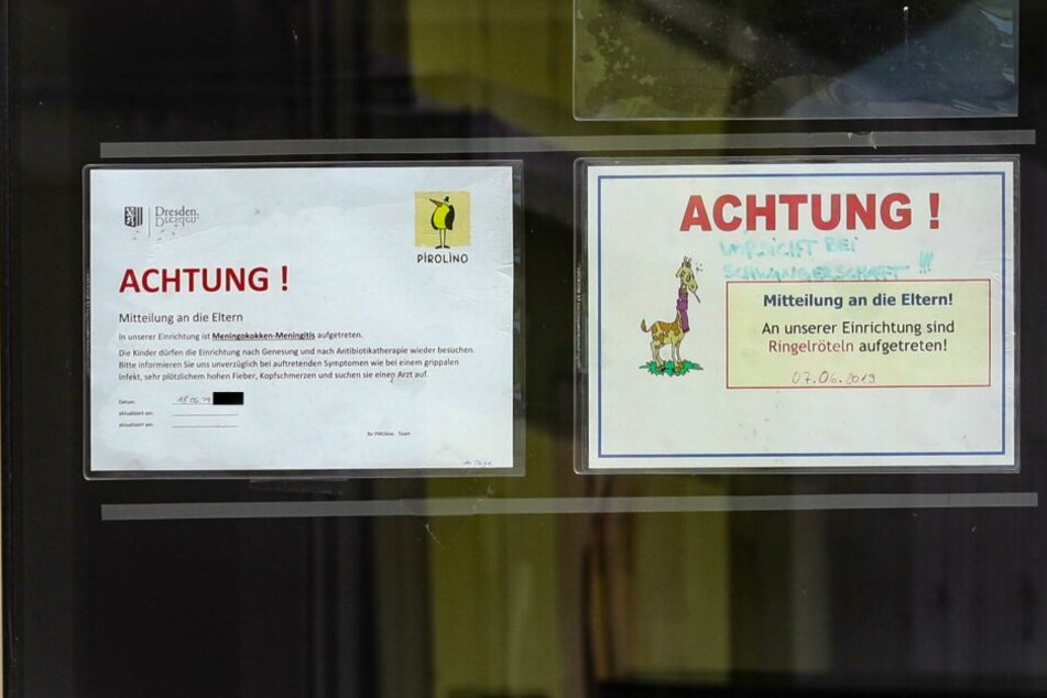 Schilder am Eingang informieren die Eltern.