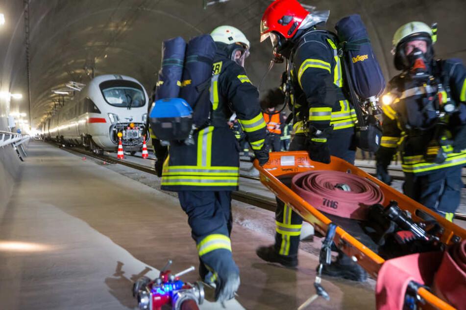 Feuerwehr und Rettungskräfte waren in voller Schutzkleidung im Tunnel im Einsatz.
