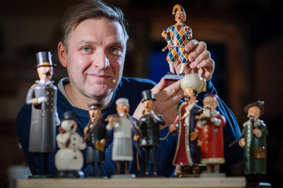 Mathias Grünzig (50) stellt Räuchermännchen her, die teilweise aus Teig sind. Am aufwendigsten gefertigt ist der Harlekin.