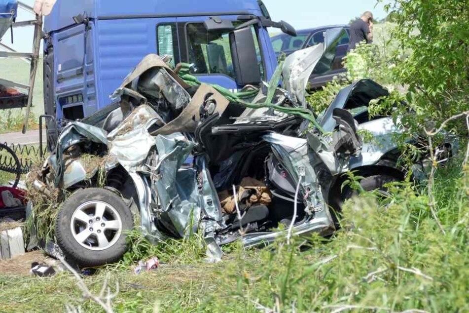 Das Auto wurde bis ins Unkenntliche zerstört.