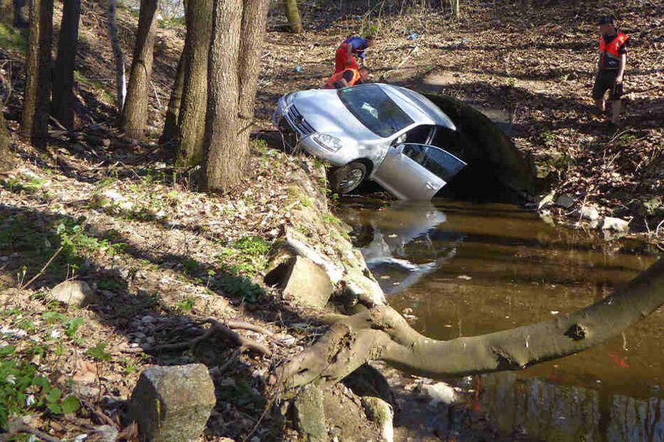 VW rutscht Hang hinab und landet im Wasser: Zwei Verletzte