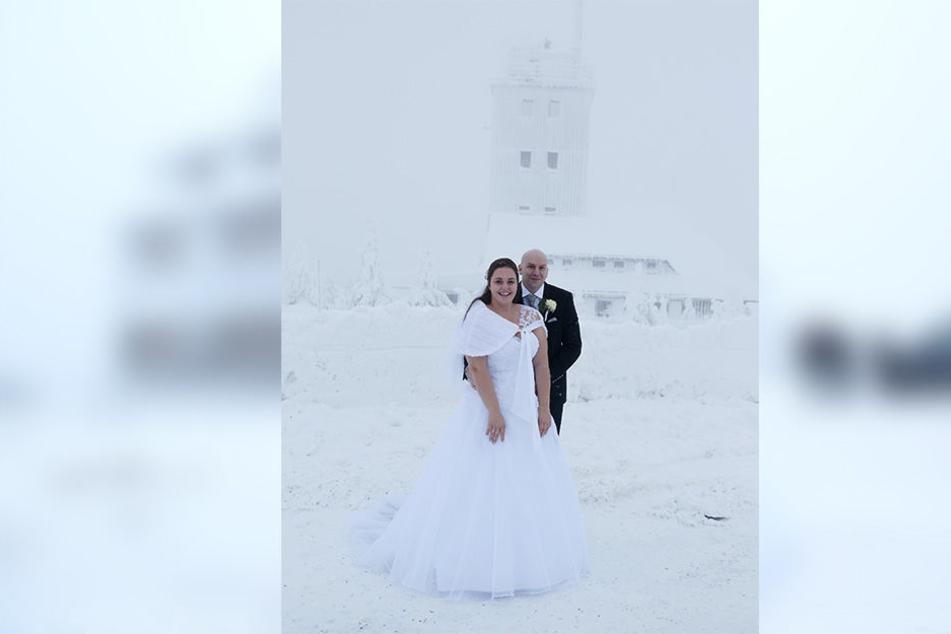 Ganz in weiß: Das Brautpaar auf dem tief verschneiten Fichtelberg.