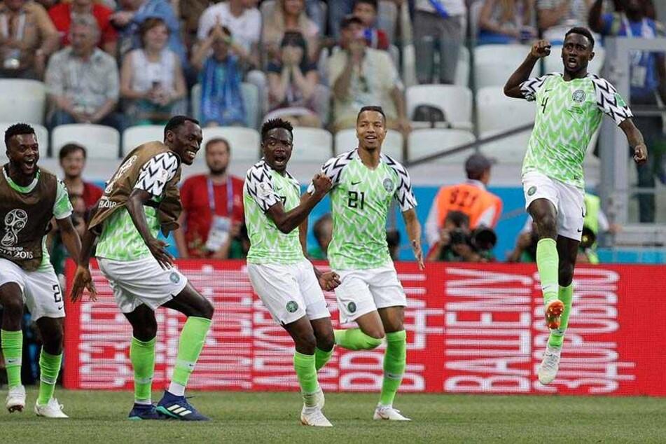 Ahmed Musa aus Nigeria (m.) jubelt über seinen Treffer zum 1:0.
