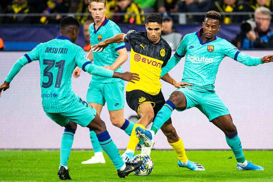 Umringt von Gegenspielern: Dortmunds Achraf Hakimi (Zweiter von rechts) versucht, den Ball gegen Ansu Fati (l.) und Nelson Semedo (r.) zu behaupten. Aufmerksamer Beobachter ist Frenkie de Jong.