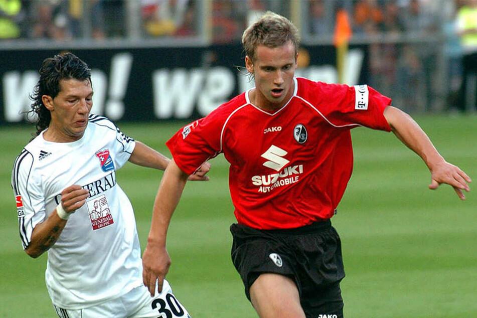 Manuel Konrad (r.) im August 2006 im Freiburger Trikot vor dem Hachinger Patrick Ghigani am Ball.