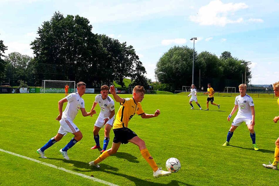 Ryan Don Naderi (M.), der sich hier gegen zwei HSV-Spieler behauptet, sorgte mit seinem Einsatz vor dem Anschlusstreffer dafür, dass Dynamo ins Spiel zurückfand.