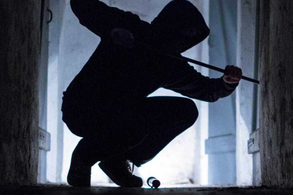 Erst hebelte der Einbrecher ein Fenster auf, dann stieß im Schlafzimmer auf den Bewohner (Symbolbild).
