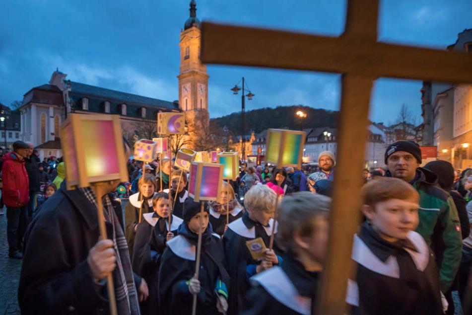 Wie hier in Eisenach machten sich tausende Menschen mit ihren Laternen auf den Weg.