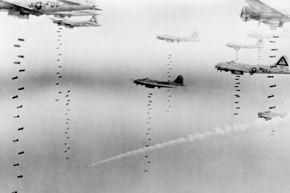 Die Briten kamen bei Nacht, die US-Bomber (Foto) bei Tag.
