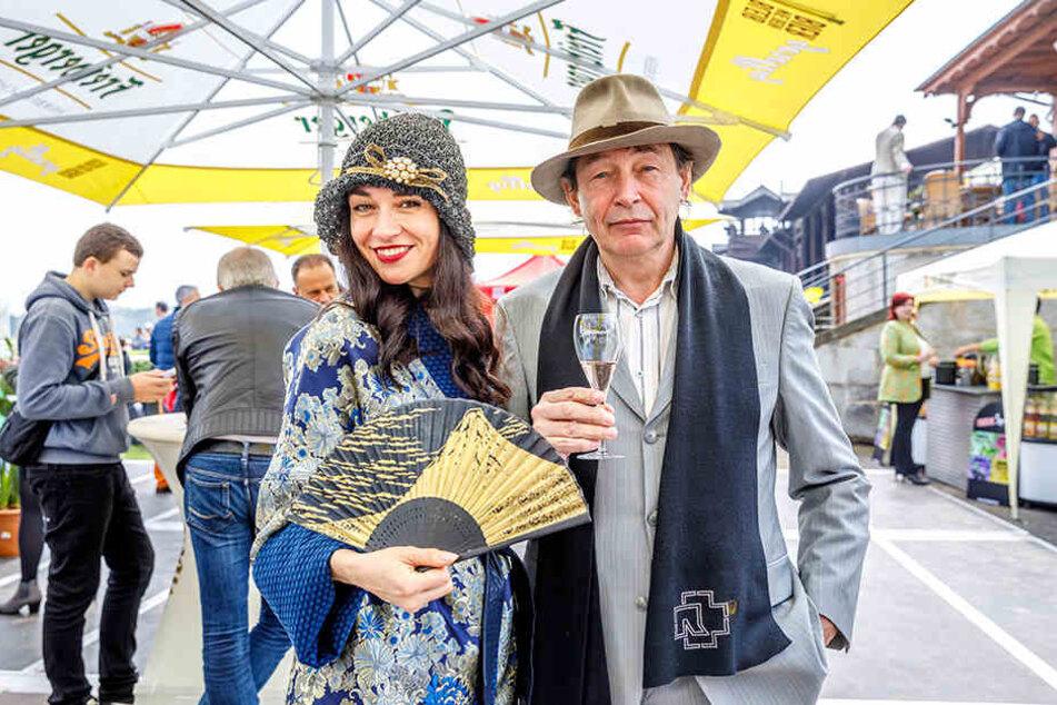 Künstler Holger John (57) kam mit Muse Lidia Valenta. Hut und Garderobe der  Sängerin wurden prämiert.