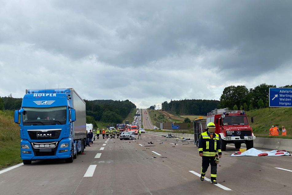 Die A8 gleicht nach dem schweren Unfall einem Trümmerfeld.
