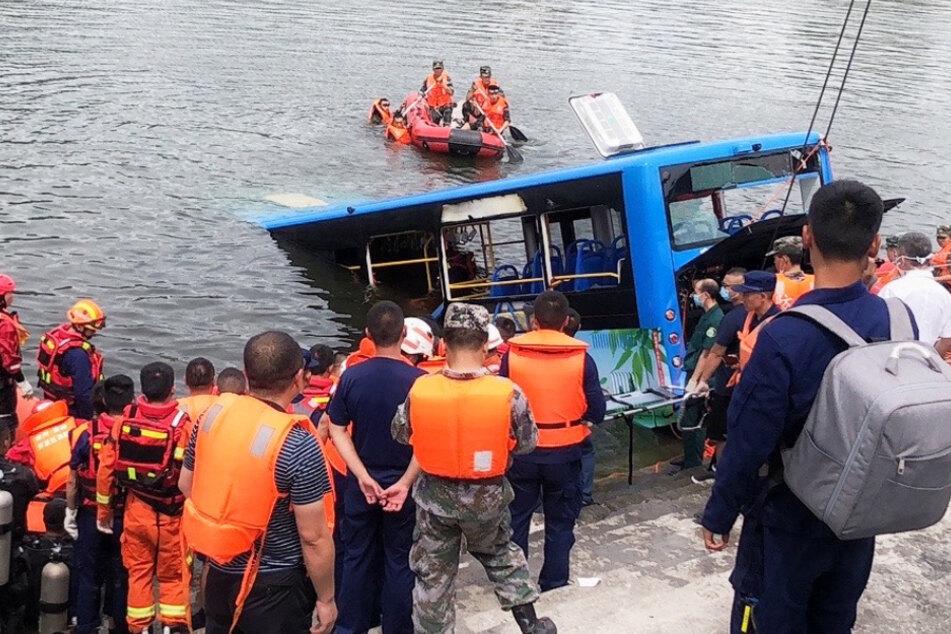 Rettungsarbeiter arbeiten an der Stelle eines Busunfalls im Südwesten der Provinz Guizhou.