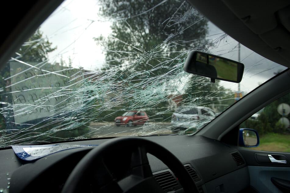 Hagel hinterlässt nicht nur Dellen in der Karosserie, sondern auch deutliche Spuren auf Autoscheiben. (Symbolbild)