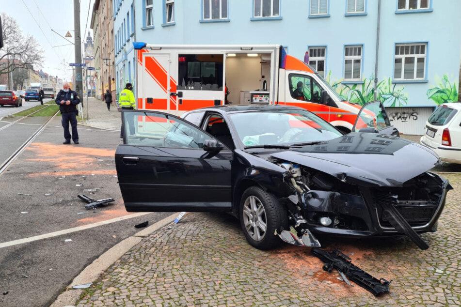 Stoppschild übersehen: Audi kollidiert mit Straßenbahn