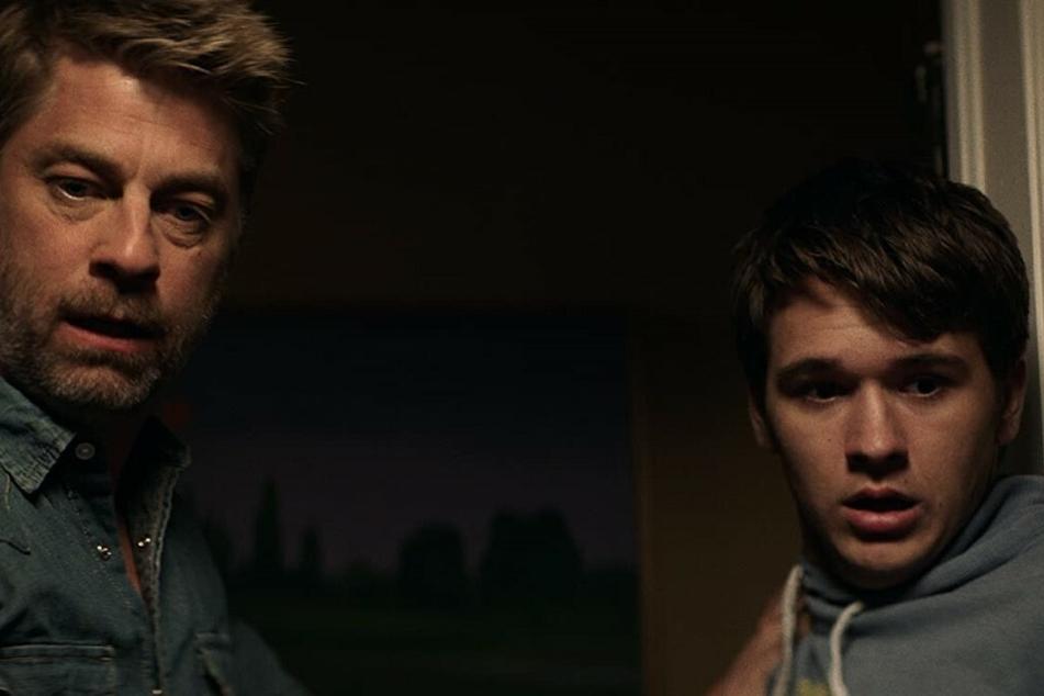 Ben (r., John-Paul Howard) und sein Vater Liam (Jamison Jones) bekommen es mit einer dämonischen Hexe zu tun.