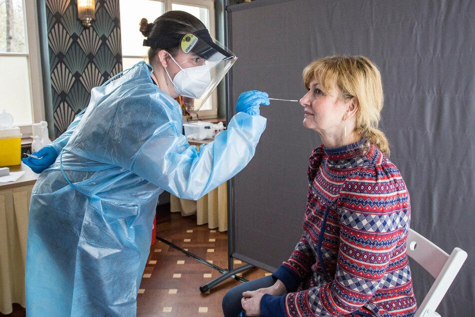 Neuer Job: Servicekraft Mandy Kanitz (34) testet Kathleen Parma (56) im Carolaschlösschen.