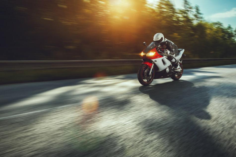 Todes-Drama auf B85: Biker rutscht unter Mercedes, wird eingeklemmt und stirbt