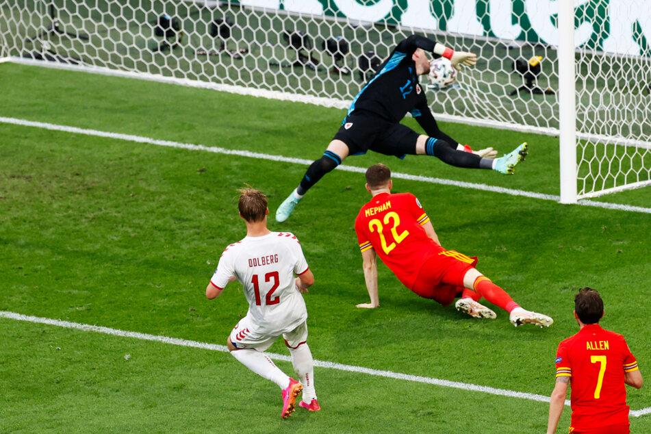 Die Vorentscheidung: Kasper Dolberg (l.) schießt aus wenigen Metern wuchtig zum 2:0 in die kurze Ecke ein. Wales-Keeper Danny Ward (2.v.l.) ist chancenlos.