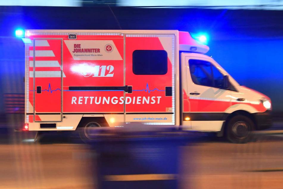 Auto gerät außer Kontrolle und kippt um: Zwei Verletzte in Kreuzberg