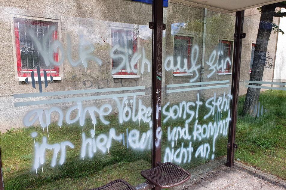 In der Nacht zu Sonntag wurde an zwei Haltestellen in Chemnitz Graffiti gesprüht.