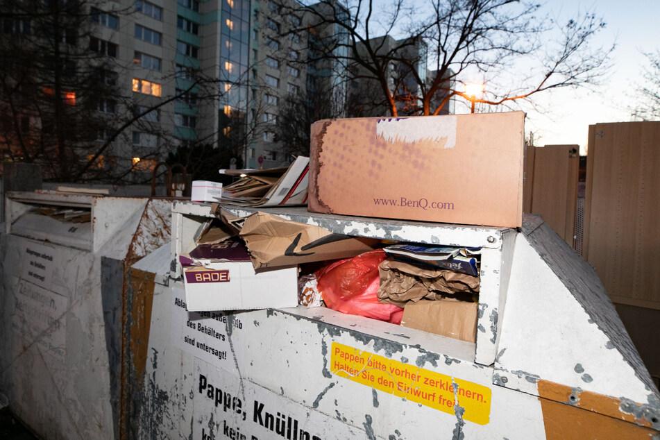 Ein übervoller Altpapier-Container am Jacob-Winter-Platz. Dresden verzeichnete eine massige Papiermüll-Zunahme.