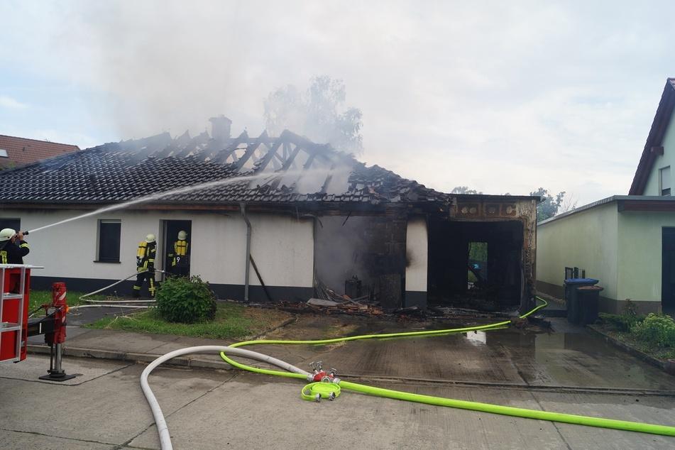 Zahlreiche Feuerwehren waren bis zum Montagmorgen im Einsatz.