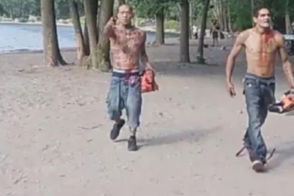 Wie in einem Horrorfilm: Blutüberströmte Männer stürmen Strand mit Kettensägen