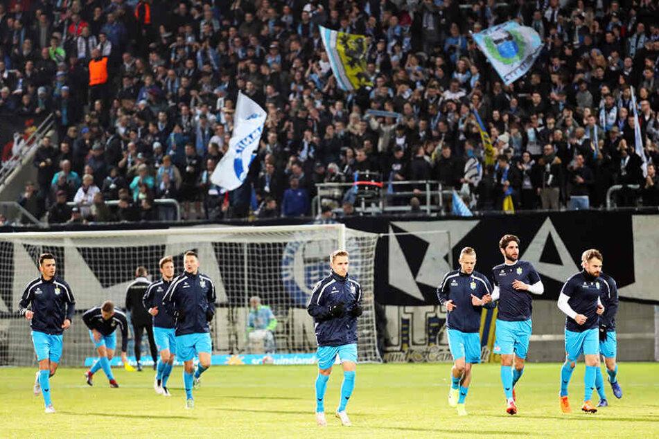 Das Aufwärmprogramm der CFC-Spieler findet am Samstag vor einer leeren Südtribüne statt. Nach dem Nazi-Skandal vom 9. März hat das NOFV-Sportgericht den Fanblock für drei Heimspiele gesperrt, zwei wurden bis Juni 2021 zur Bewährung ausgesetzt.