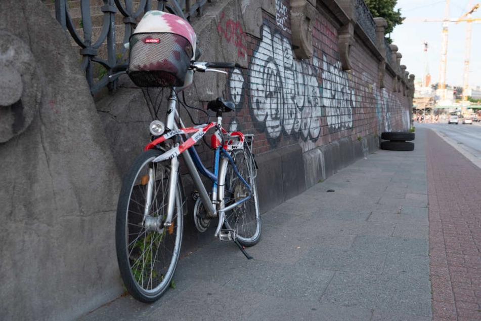 Der auf dem Fußweg liegende Reifen verursachte einen Schaden am Hinterrad des Fahrrads.