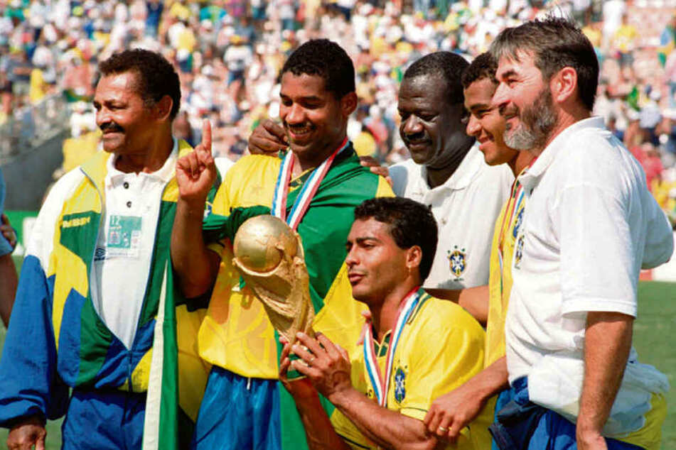 Schon 24 Jahre her: Bei der WM 1994 in den USA holten sich die Brasilianer um Stürmerstar Romario (u.) den Pokal.