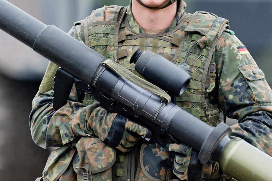 Die Soldaten der Bundeswehr sind über die Durchsuchungen verärgert.