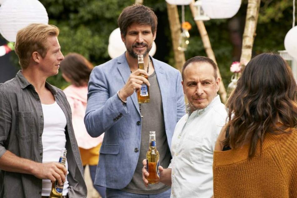 Ben (Tom Beck) und Paul (Daniel Roesner, l.) bei Semirs (Erdogan Atalay, r.) Party zu seinem 50. Geburtstag.