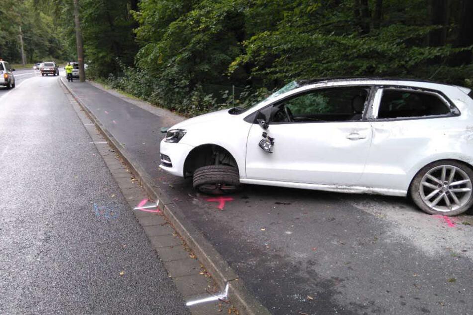 Auf regennasser Straße kam das Auto von der Fahrbahn ab.