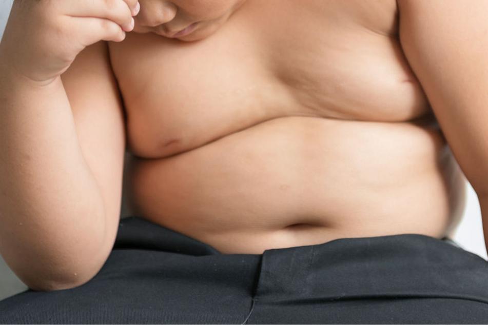 Zu viele Pfunde im Kindesalter können zu großen gesundheitlichen Problemen führen (Symbolbild).