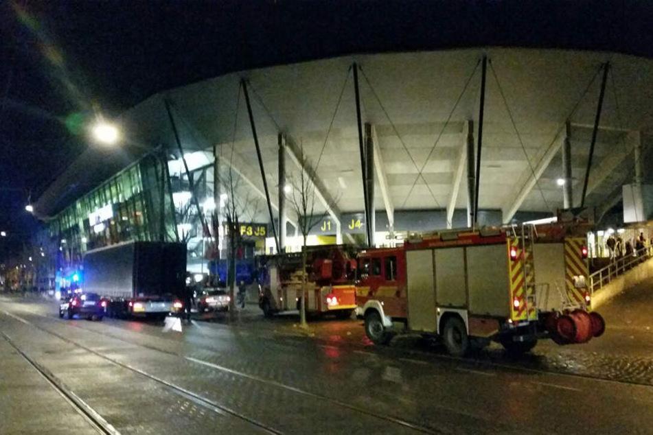 Feueralarm im DDV-Stadion! Die Feuerwehr rückte mit zwei Löschzügen aus.