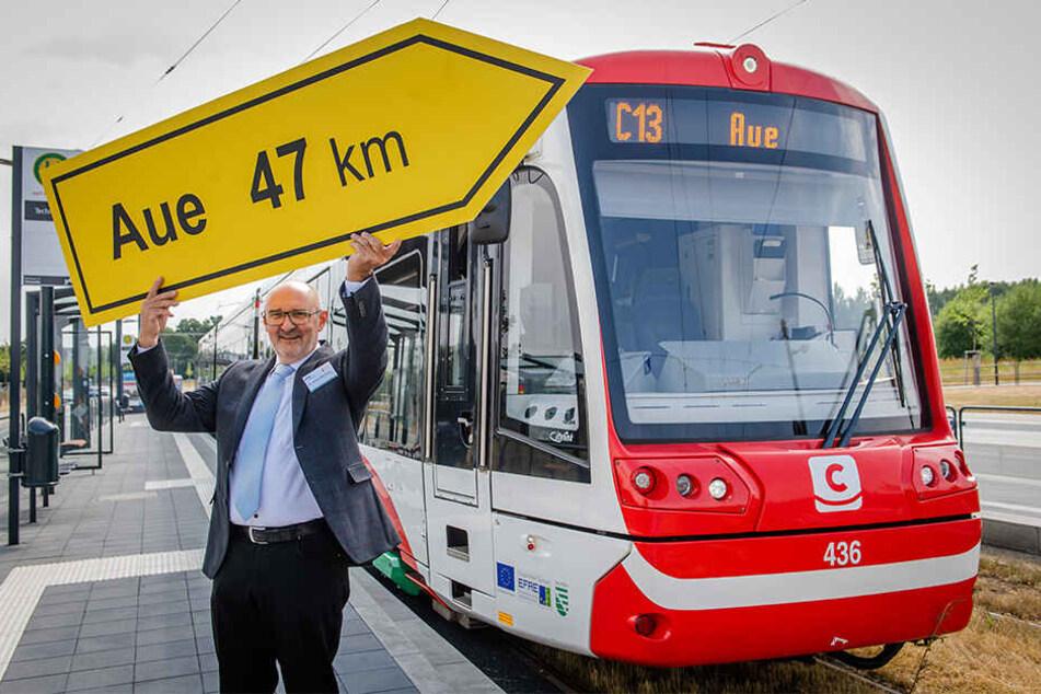 Harald Neuhaus (62), Chef des VMS, zeigt wo es hingeht. Ab 2020 fahren die Hybridbahnen von Chemnitz bis nach Aue.