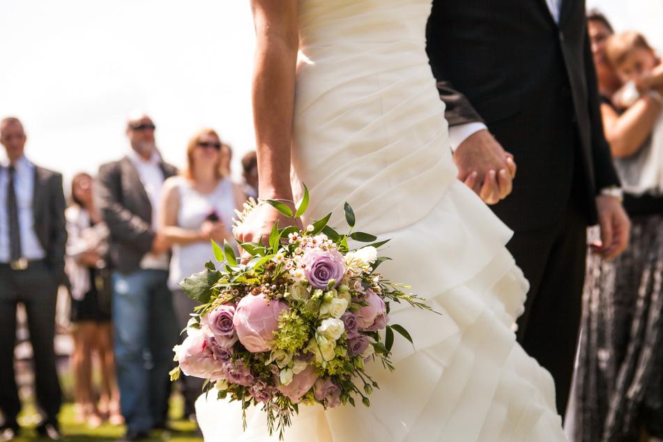 Ein Paar bei der Hochzeit. (Symbolbild)