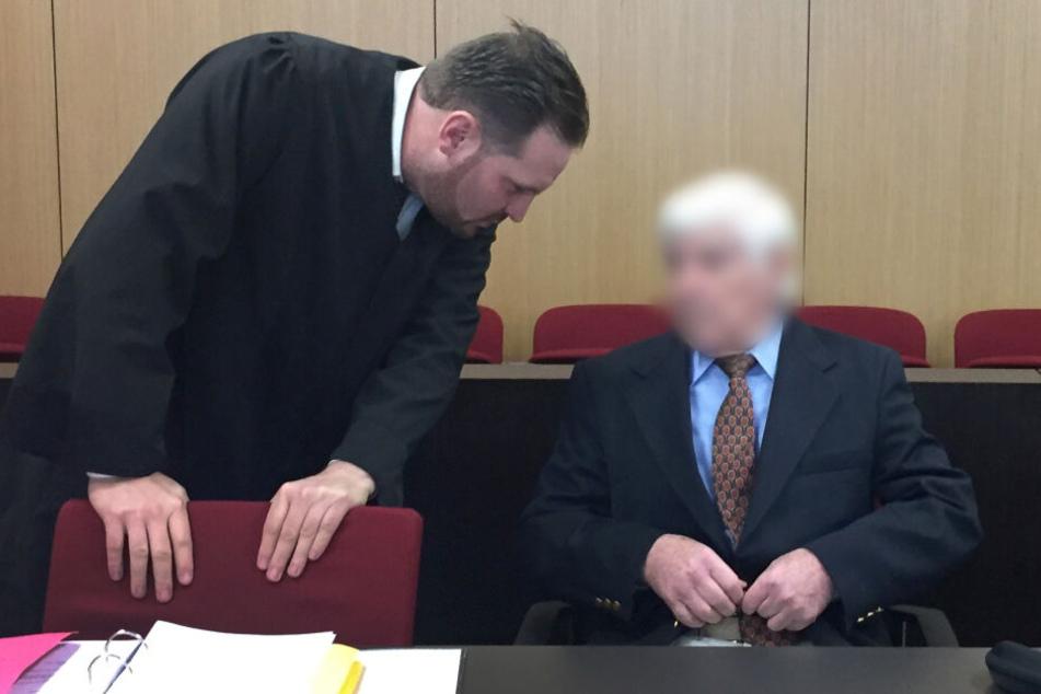 Der Angeklagte (rechts) wurde am Freitag in Düsseldorf verurteilt.