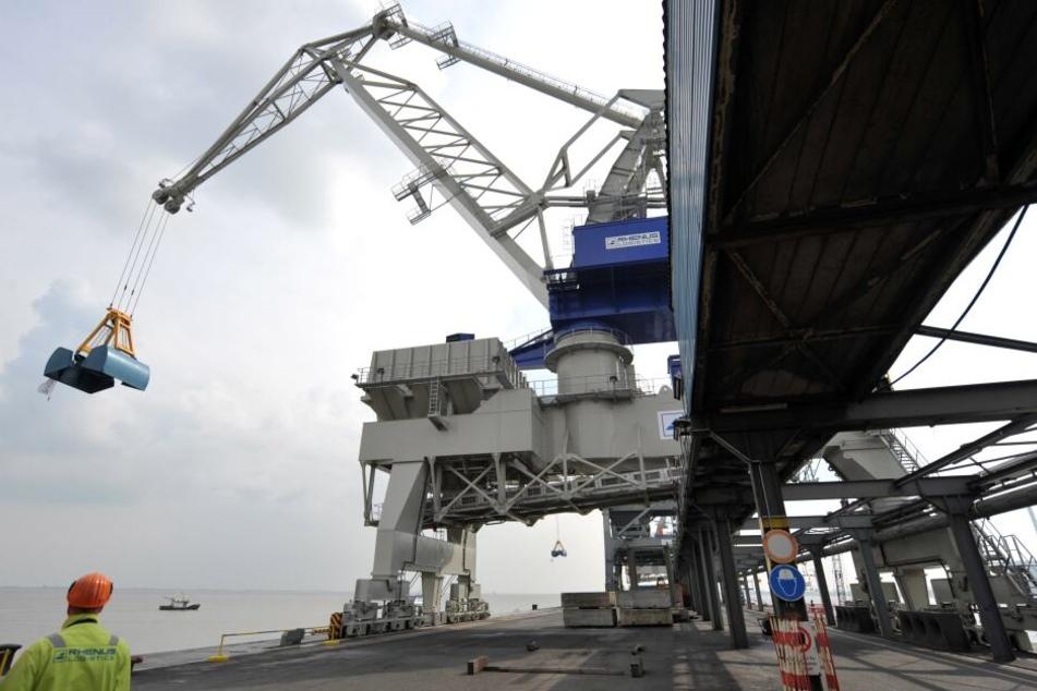 Die ersten Wrackteile wurden am Montag nahe der Niedersachsenbrücke in Wilhelmshaven entdeckt.