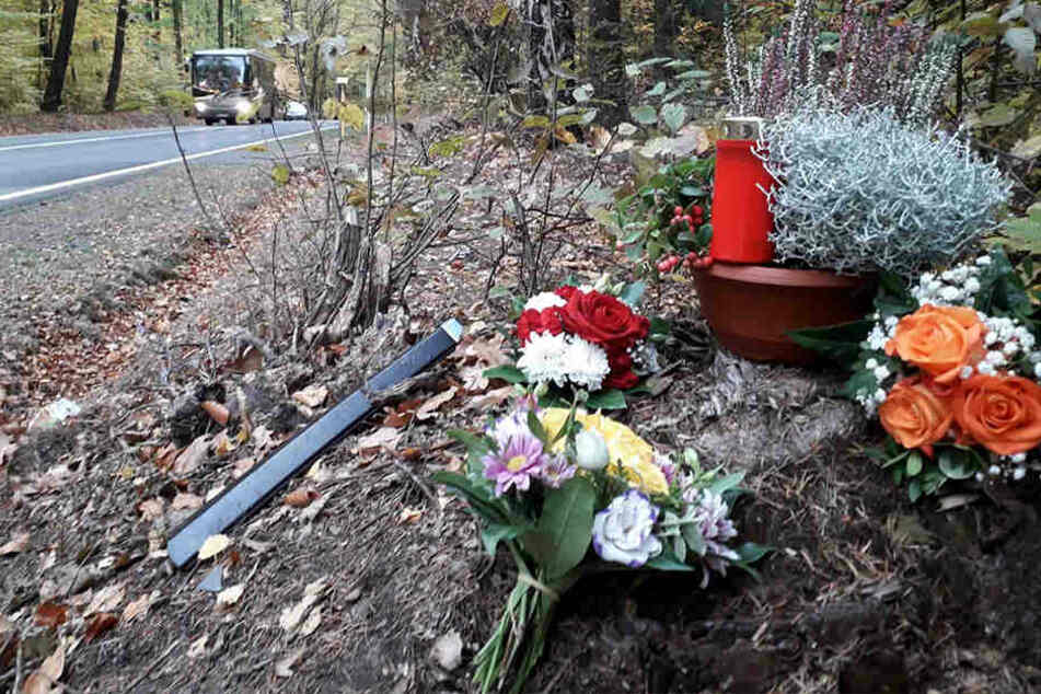 An der Unfallstelle werden bis heute Blumen abgelegt.